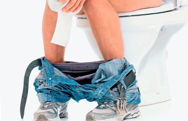 При запорах во время натуживания создается повышенное внутрибрюшное давление, к тому же слизистая кишки травмируется плотными каловыми массами