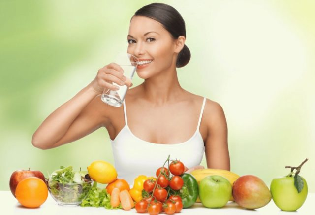Важно, чтобы было достаточно свежих овощей, фруктов и зелени. Именно они способствуют улучшению перистальтики и размягчают каловые массы