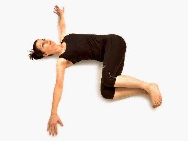 Упражнение повторяйте по 12 раз в каждую сторону