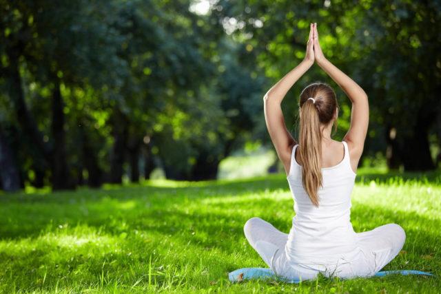 Занятия йогой улучшают циркуляцию крови, помогают лучшему усвоению пищи и облегчают вывод токсинов