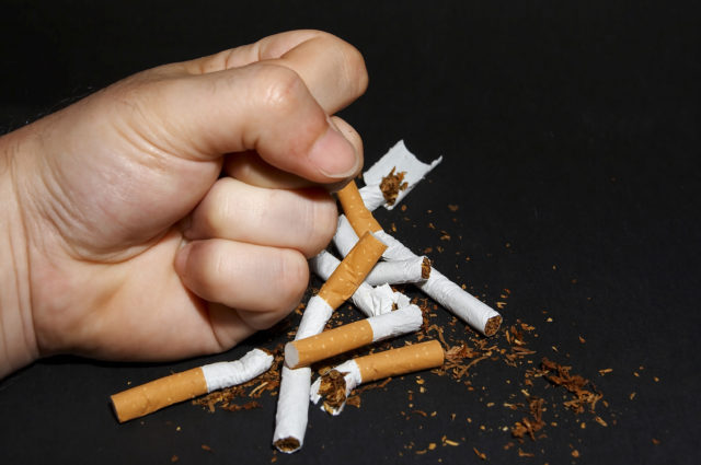 Связь курения и геморроя очевидна: курение ухудшает здоровье пищеварительной системы и всего кишечника