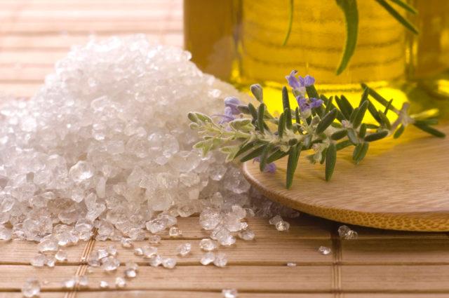 Соляная ванна убирает боль и дискомфорт в анальном отверстии и прямой кишке, способствует очищению организма