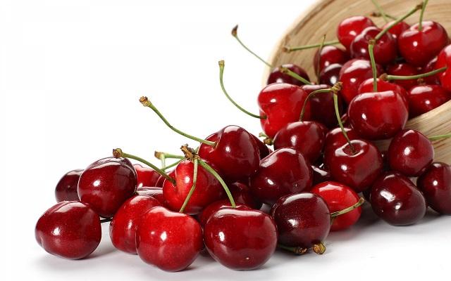 Применяются не только сами плоды, но и листья, ветки и даже косточки