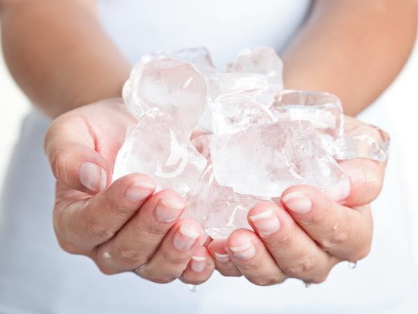 Если холод вызывает отрицательные эмоции, лучше сменить метод лечения и воздержаться от ледяных компрессов и ректальных суппозиториев изо льда
