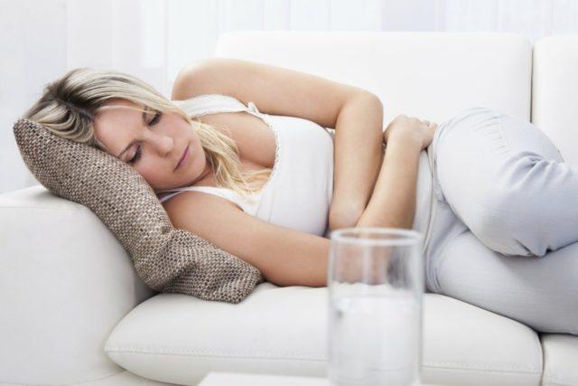 Пациент начинает ощущать инородное тело в заднем проходе, иногда для устранения выпадения геморроидальных узлов ему нужно сознательно напрягать сфинктер