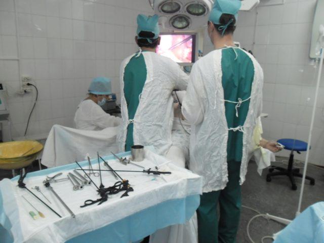 Врач антисептическими средствами проводит обработку операционного поля и приступает к операции