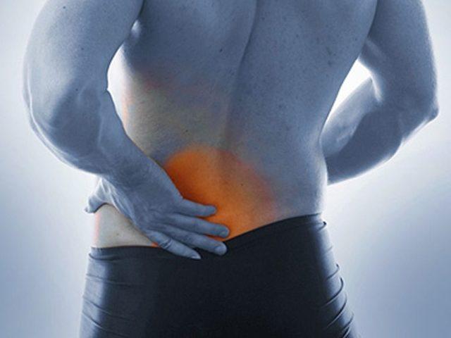Болевой синдром при геморрое, отдающий в копчик, имеет постоянный тянущий характер, а также нарастает во время опорожнения кишечника