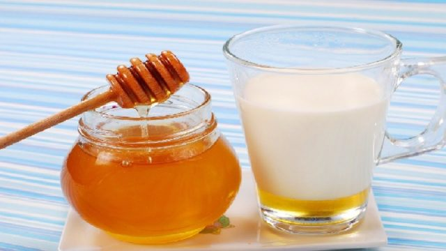 Мед от запора употребляют внутрь с напитками, смешивают с другими продуктами, а также готовят медовые клизмы